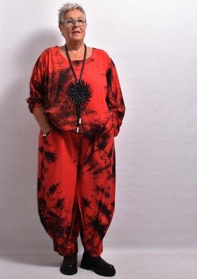 Broek La-Bass, rood, tie-dye, steekzakken, bollingen op kniehoogte, rekbare taille