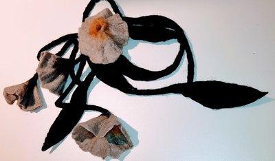 Mooie zwarte lange ketting /sjaal (soort vilt)  met grote grijze/oker bloem