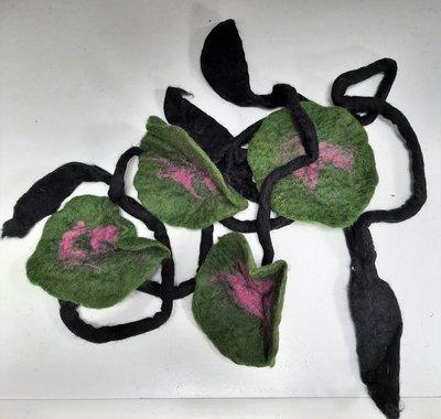 Mooie zwarte lange ketting /sjaal (soort vilt)  met grote groen/roze bloem