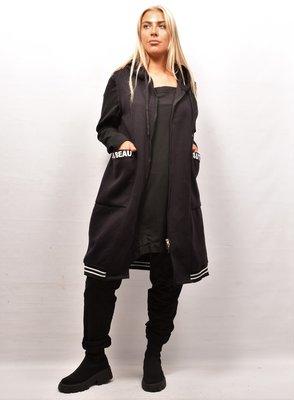 Aparte bodywarmer, zwart, ritssluiting, capuchon en zakken met een band met letterprint