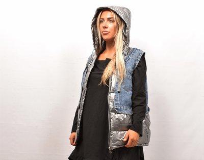 Bodywarmer, gewatteerd, spijkerblauw en zilver gewatteerde gecoate stof, ritssluiting, capuchon