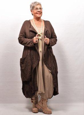 Lang vest, bruin met grote zakken en bollingen, A-lijn