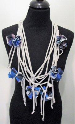 Myrjo grijze ketting met sliertjes en blauwe roosjes met print