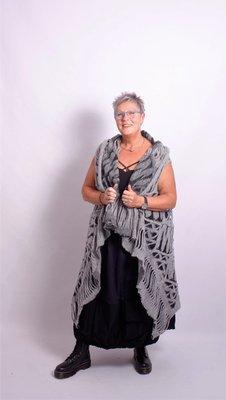Made in Italy, donkerblauwe aparte rok met zwarte onderrand van 30 cm en zak op de onderrand.