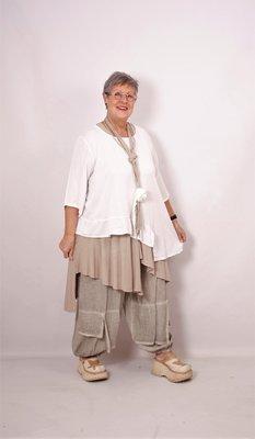 ..Moonshine zandkleurige broek, geplooide zakken op heuphoogte, flappen op de onderpijp, rekbare taille