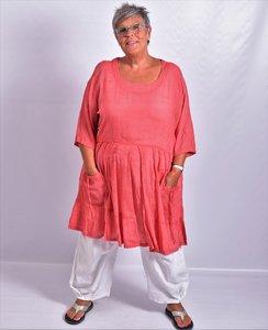 ..Tuniek/ jurk, la Bass rood, gerimpeld vanaf de taille, zakken met strik op voorpand, grote A-lijn, katoen