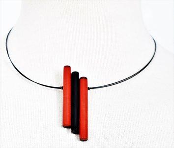 Ketting, hanger rood/zwart, van schelp/metaal.