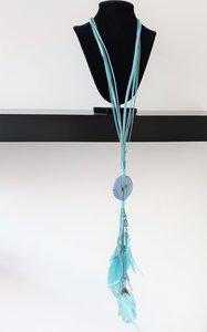 ketting, lichtblauw, met kralen en veertjes