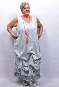 Lange tricot jurk grijs met ingestikte ophaaltjes en kantzoom, zonder mouw, in lengte verstelbaar