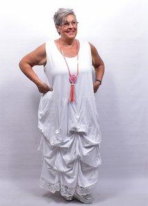 Lange tricot jurk wit met ingestikte ophaaltjes en kantzoom, zonder mouw, in lengte verstelbaar