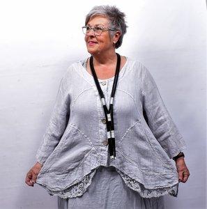 Jasje/vest, licht grijs met knoopsluiting, linnen lange mouwen, onderrand bestaande uit kant, asymmetrisch