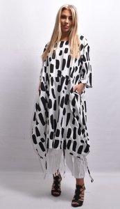 Tuniek/ jurk, la Bass wit met print, steekzakken in zijnaad, aanrijgkoordjes op voor- en achterpand, ronde hals