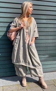 Tuniek/ jurk, taupe, grote zakken op voorpand, ronde hals, korte mouwen, ballonmodel