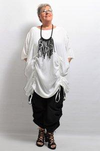 Tuniek/ jurk, la Bass wit , steekzakken in zijnaad, aanrijgkoordjes op voor- en achterpand, ronde hals