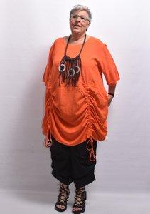 Tuniek/ jurk, la Bass oranje, steekzakken in zijnaad, aanrijgkoordjes op voor- en achterpand, ronde hals